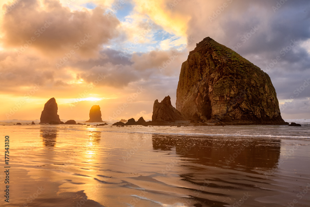 Fototapety, obrazy: The sun sets behind Haystack Rock off the Oregon Coast