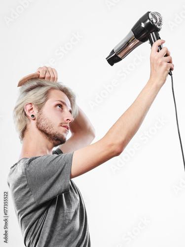 Plakat Młodego człowieka suszarniczy włosy z hairdryer