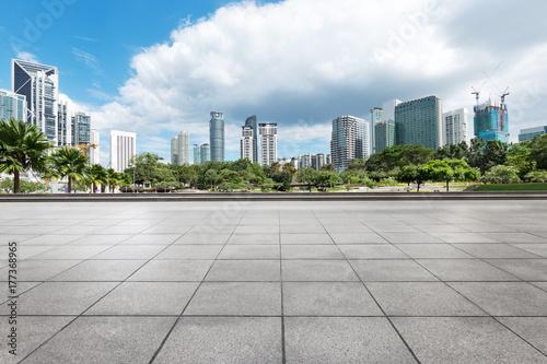 Plakat pusta ceglana podłoga z nowoczesnymi budynkami