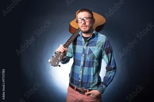 Plakat Hipster człowiek z gitarą
