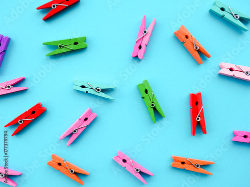 Fotomural  many colored clothespins on a blue background, as a substrate, pin; clothes peg