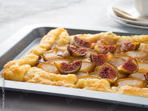 Plakat Ciasto francuskie z gruszkami i figami w szarej blasze
