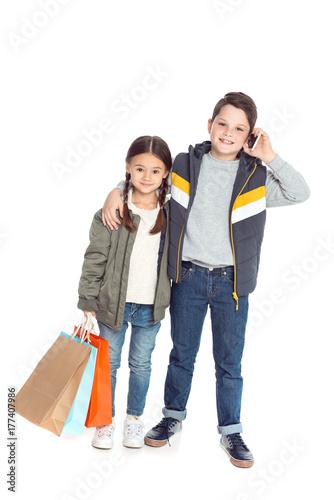 Plakat dzieci z torby na zakupy i smartphone