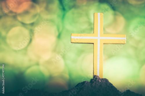 Zdjęcie XXL Krzyż na natury bokeh tle Przecinający symbol chrześcijanin i jezus chrystus.