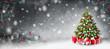 Weihnachtshintergrund mit Christbaum und Geschenken im Schnee, umrahmt mit Tannenzweigen