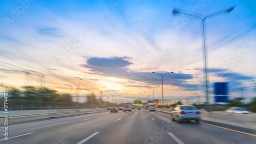 Obraz na płótnie na drodze w ruchu drogowym autostrady z zachodem słońca na autostradzie