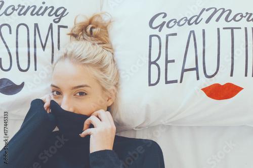 Fotomagnes Figlarny kobieta leżąc w łóżku podczas ukrywania twarzy