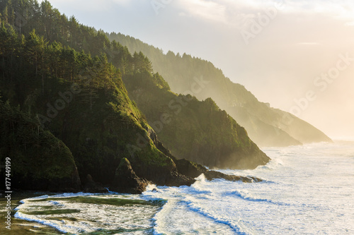 Poster Cote Golden hour light hits the Oregon Coastline at the Heceta Head Lighthouse