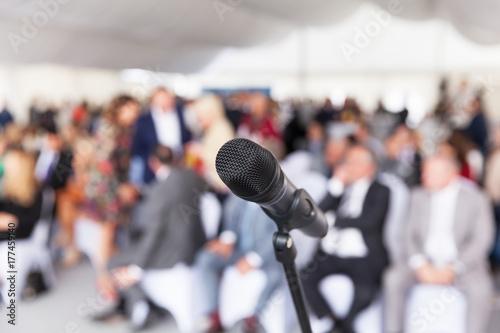 Fotografía  Microphone in focus against blurred audience