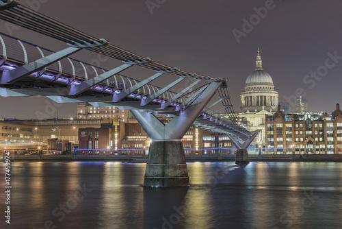 millennium-bridge-wiszacy-most-dla-pieszych-w-londynie-nad-tamiza-zdjecie-wykonane-w-nocy