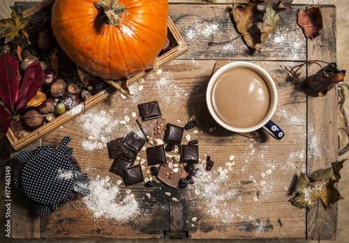Zdjęcie XXL Czekolada, kawa lub gorący kakao w jesieni wciąż życia scenerii pojęciu
