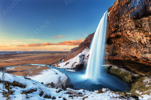 Fotografia The beautiful Seljalandsfoss in Iceland during winter