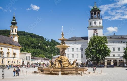 Fototapeta premium Plac Residenz i fontanna w Salzburgu w Austrii
