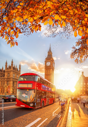 Poster Londres bus rouge Buses with autumn leaves against Big Ben in London, England, UK