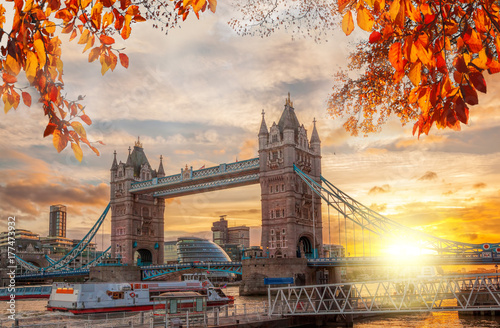Poster Londres Tower Bridge with autumn leaves in London, England, UK