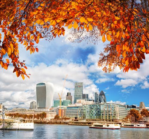 nowoczesne-budowle-londynu-i-jesienne-liscie-u-gory