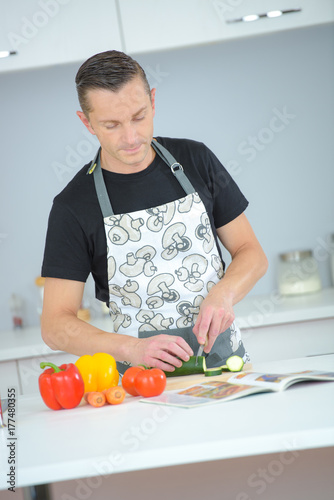 Plakat mąż gotowanie obiad z książki przepis