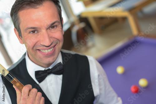 Plakat szczęśliwy człowiek gra człowiek bilardowy