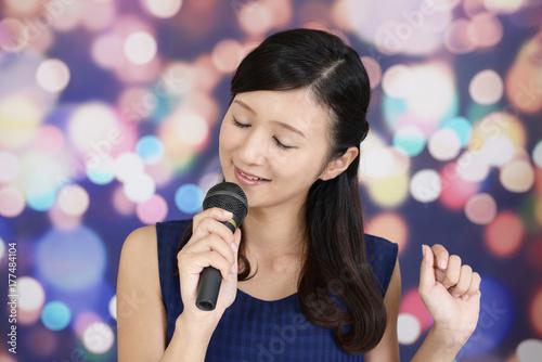 Plakat Kobieta korzystająca z karaoke
