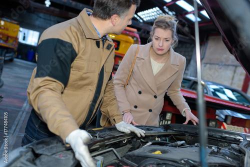 Zdjęcie XXL mechanik wyjaśniający klientowi problem samochodu