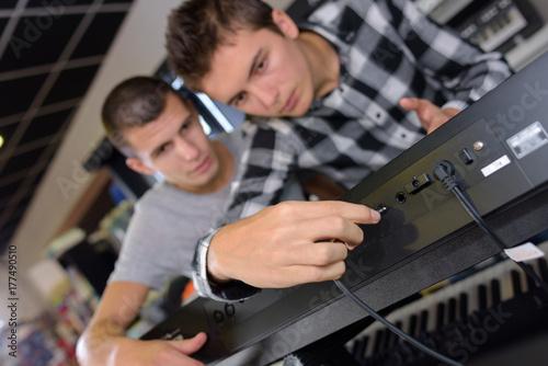 Plakat wkładanie kabla