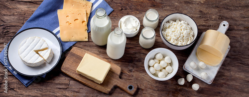Poster Zuivelproducten Dairy products on wooden background.