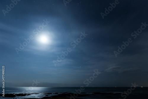 Fototapeta Księżyc i pejzaż morski w nocy