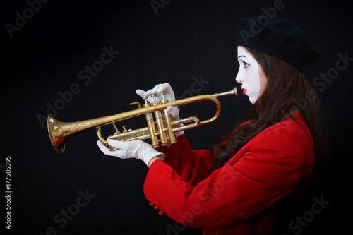 Plakat girl-meme gra na mosiężnej tubie