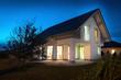 canvas print picture - Einfamilienhaus am Abend