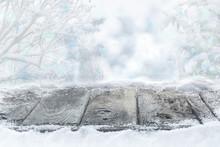 Verschneiter Holzboden Vor Wald Mit Winterhimmel Und Bokeh, Hintergrund, Weihnachten