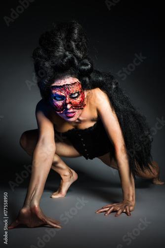 Plakat Kobieta bez twarzy w gorseciku przed szarym tłem