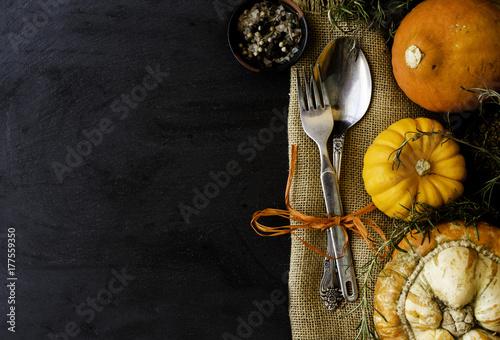 Plakat Jesień sezonowy stół z baniami, łyżkami i rozwidleniem, przestrzeń dla teksta, selekcyjna ostrość