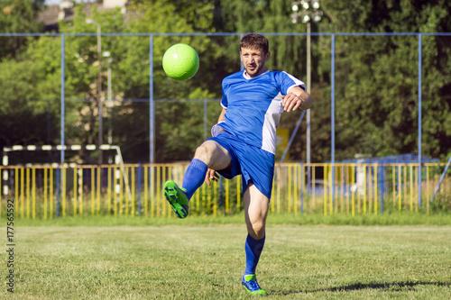 Plakat grając w piłkę nożną