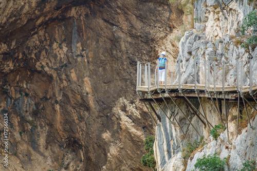 Photo El Caminito del Rey footpath with tourist walking
