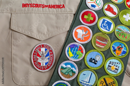 In de dag Eagle Eagle patch and merit badge sash on boy scout uniform