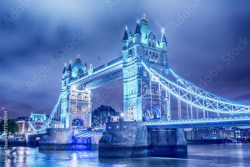 Fototapeta Londyn, Wielka Brytania: Tower Bridge na Tamizie w nocy