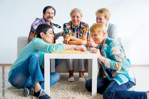 Plakat Starsi ludzie grający w gry planszowe