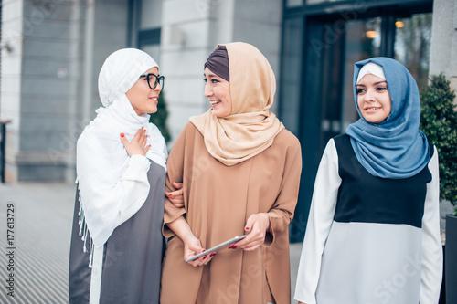 Plakat Trzej muzułmańscy przyjaciele kobiece spaceru