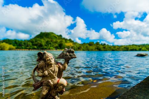 Zdjęcie XXL Hinduizm Małpa nad jeziorem