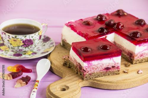Plakat ciasto wiśniowe z galaretki i jogurtu