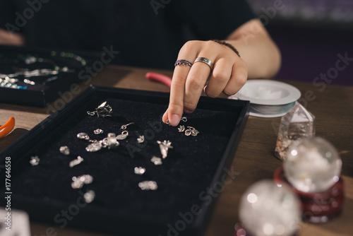 Zdjęcie XXL Żeński projektant robi biżuterii przy sklepem jubilerskim