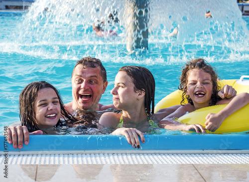 Plakat Ojciec i dzieci bawiące się w basenie w czasie dnia. Ludzie bawią się na zewnątrz. Pojęcie szczęśliwej rodziny.
