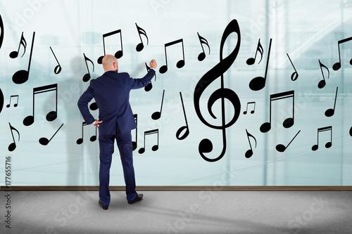 Fototapeta Biznesmen przed ściennymi writing muzyk notatkami - sztuki pojęcie