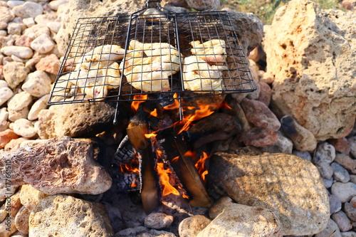 Zdjęcie XXL jedzenie na ognisku na wybrzeżu morza
