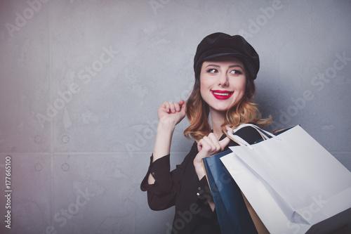 Zdjęcie XXL Styl rude dziewczyny w kapeluszu z torby na zakupy