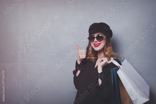 Zdjęcie XXL Styl rude dziewczyny w kapeluszu z torby na zakupy i okulary przeciwsłoneczne