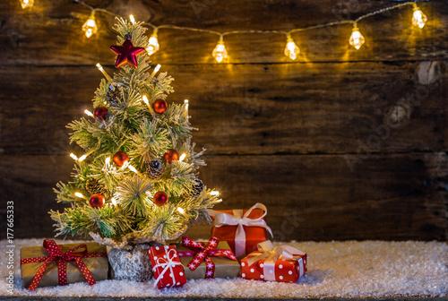 Zdjęcie XXL Choinka z lampkami śniegu i prezenty