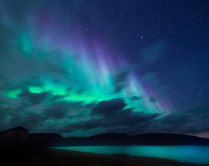 Polarno arktičko sjeverno svjetlo zvijezda nebeskog polarnog svjetla u Norveškoj Svalbard u Longyearbyenu mjesečeve planine