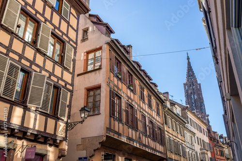 Tuinposter Smal steegje Enge Gasse hin zum Münster in Strasbourg