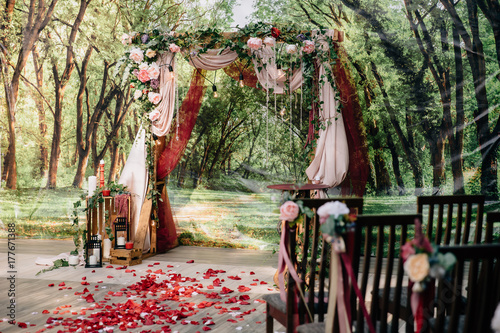 Fotografía  Wedding ceremony arch, altar decorated with flowers on the lawn